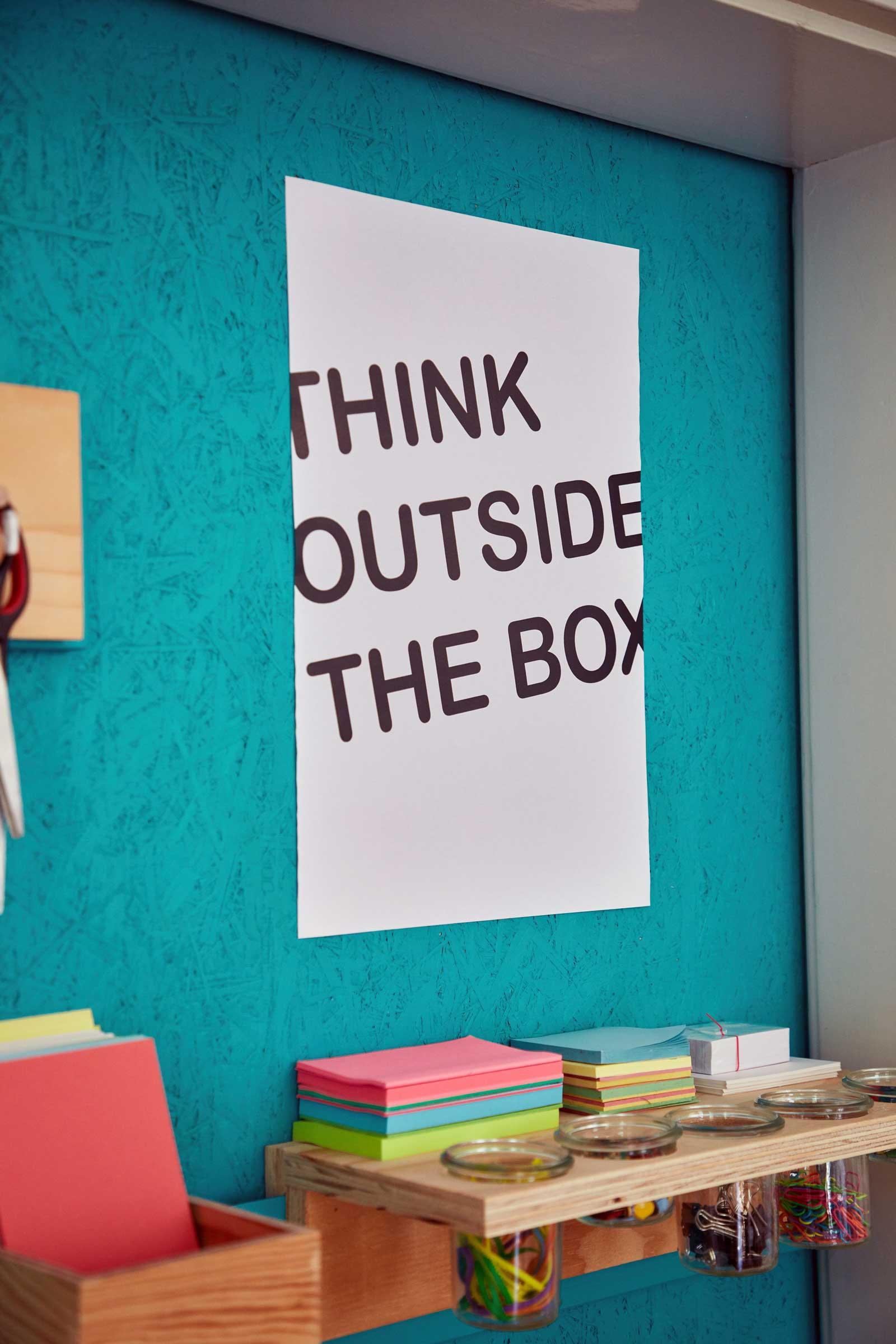 Konferenzraum Whiteboard Beamer Tisch mit Stühlen ThinkTank